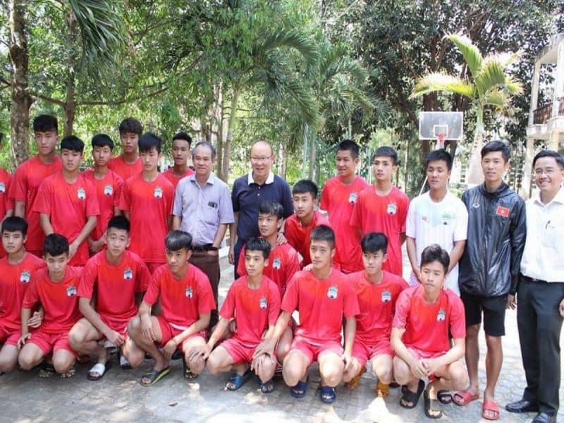 Bầu Đức ghé thăm các cầu thủ Học viện Hoàng Anh Gia Lai